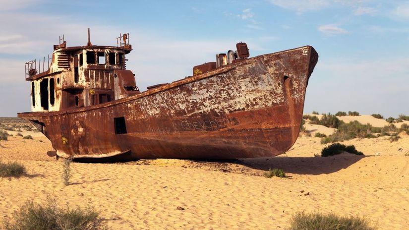 Aralské jazero, loď, vrak, púšť, piesok