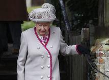 Kráľovná Alžbeta II. odchádza z bohoslužby v Sandringhame.