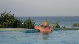bazén, more, blondína