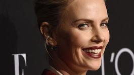 Charlize Theron - rúže na perách podľa Hollywoodu