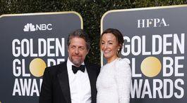 Herec Hugh Grant a jeho partnerka Anna Elisabet Eberstein.