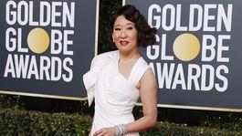 Herečka a moderátorka Sandra Oh stavila na kreáciu Versace.