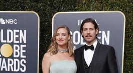 Herečka Yvonne Strahovski prišla s manželom Timom Lodenom, v šatách Alberta Ferretti.