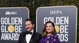 Manželia Ben Falcone a nominovaná Melissa McCarthy. Obliekla si kreáciu Reem Acra.