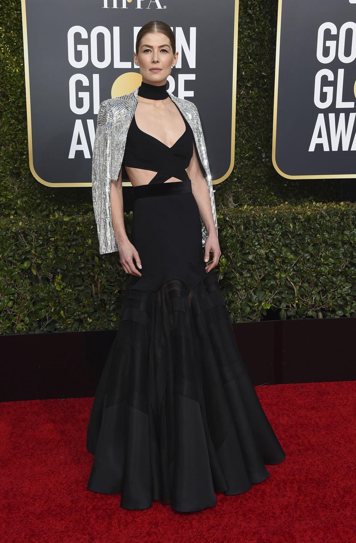 7dca253ce Nominovaná herečka Rosamund Pike prišla v kreácii Givenchy Haute Couture.