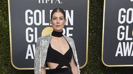 Nominovaná herečka Rosamund Pike prišla v kreácii Givenchy Haute Couture.
