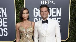 Zamilovaní partneri na červenom koberci. Bradley Cooper v kreácii Gucci, jeho partnerka Irina Shayk v róbe Atelier Versace.