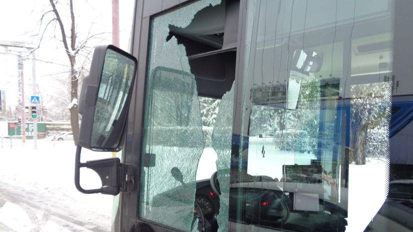 DPB Bratislava autobus streľba sklo autobus