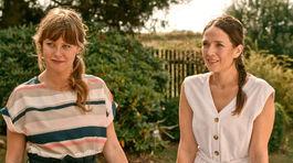 Herečky Jenovéfa Boková (vľavo) a Tereza Kostková na zábere z filmu Ženy v behu.