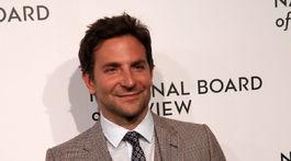 Herec a režisér Bradley Cooper prišiel zastúpiť snímku Zrodila sa hviezda.