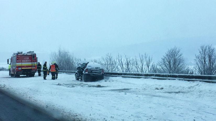 Ladce, dopravná nehoda, sneh, auto, hasiči
