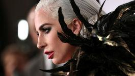 Speváčka a herečka Lady Gaga prišla na akciu v kreácii Ralph Lauren.