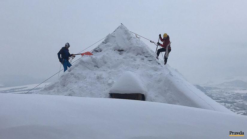 horolezci, strecha, sneh