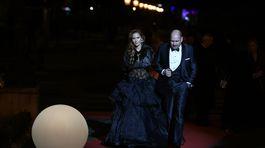 Fotografka Jana Keketi s manželom prichádzajú na slávnostný večer.