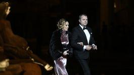 Hostia prichádzajú na Ples v opere.