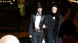 Paralympionik Jozef Metelka s partnerkou prichádzajú na ples v opere.