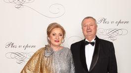 Bankárka Elena Kohútiková (v šatách od Idy Sándor) a jej manžel Michal Kozák.