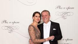 Hostiteľ Plesu v opere Pavol Lančarič a jeho manželka Silvia Lančaričová (v šatách od Fera Mikloška).