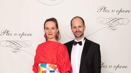 Módna dizajnérka Lenka Sršňová vo vlastnej kreácii a jej partner Igor Pavelek.