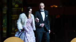 Na snímke bývalý hokejista Zdeno Cíger a jeho polovička Xénia prichádzajú na 19. ročník dobročinného Plesu v opere.