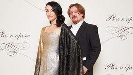 Podnikateľka Lucia Hablovičová a dizajnér Boris Hanečka, ktorý jej aj tento rok vytvoril plesový model.