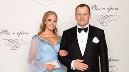 Politik Boris Kollár a jeho dcéra Alexandra v šatách od Jany Jurčenko.