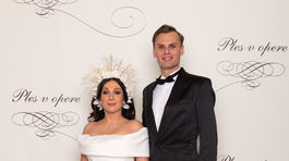 Reportérka Kristína Kövešová v šatách od Michaely Ľuptákovej a jej partner Marek Kravjar.