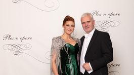 Riaditeľka Plesu v opere Andrea Cocherová (v šatách od Borisa Hanečku) a jej manžel Ivan Golian.