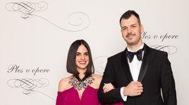 Šperkárka Petra Tóth v šatách od Andrey Pojezdálovej a jej partner Martin Sloboda.