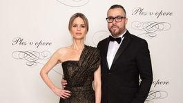 Štylistka Zuzana Kanisová v šatách od Fera Mikloška a riaditeľ PR a marketingu televízie Markíza Michal Borec.
