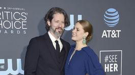 Režisér Darren Le Gallo a jeho manželka Amy Adams v kreácii Zac Posen.