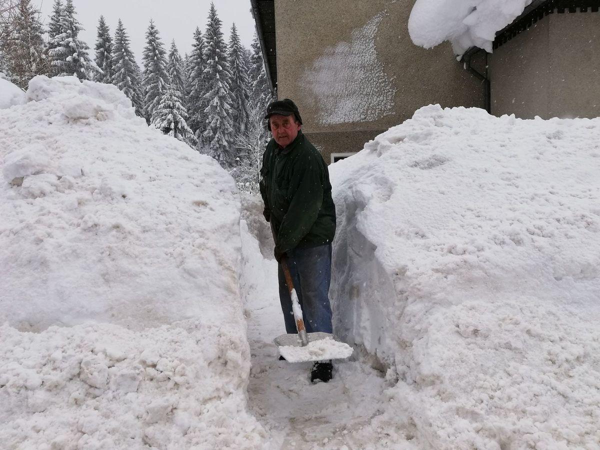 Milan Miterko odhadzuje kopy snehu spred svojho. a28b2c4c906