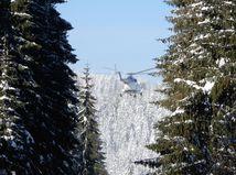 Na Orave pomáha s kalamitou vrtuľník, SHMÚ pod Tatrami varuje pred orkánom