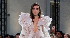 Modelka v kreácii z dielne Alexandre Vauthier Haute Couture Jar/Leto 2019.