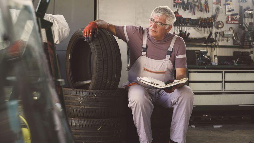 muž, dôchodca, pneumatiky