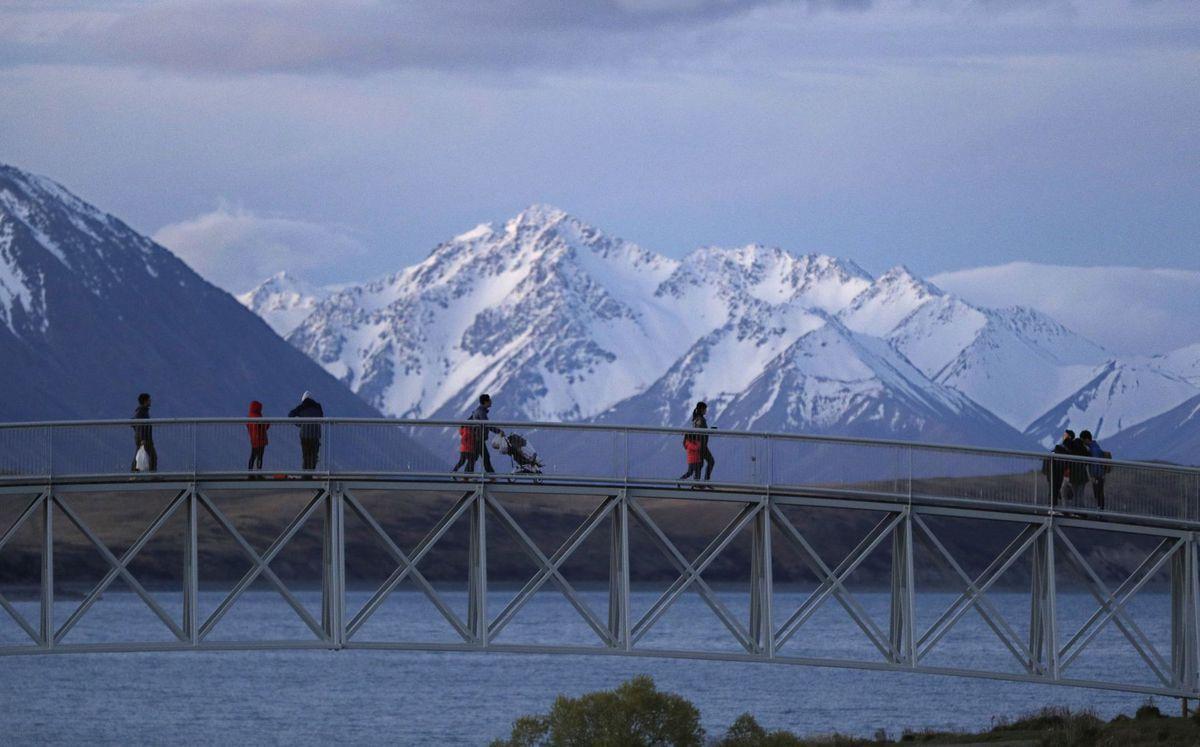 Nový Zéland, most, sneh, hory, turisti, cestovanie