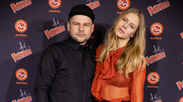 Slovenská modelka Saša Gachulincová v kreácii od Marcela Holubca s dizajnérom osobne.