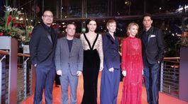 Členovia medzinárodnej poroty festivalu Berlinale: zľava - Justin Chang, Rajendra Roy, Juliette Binoche, Sandra Hueller, Trudie Styler a Rajendra Roy.