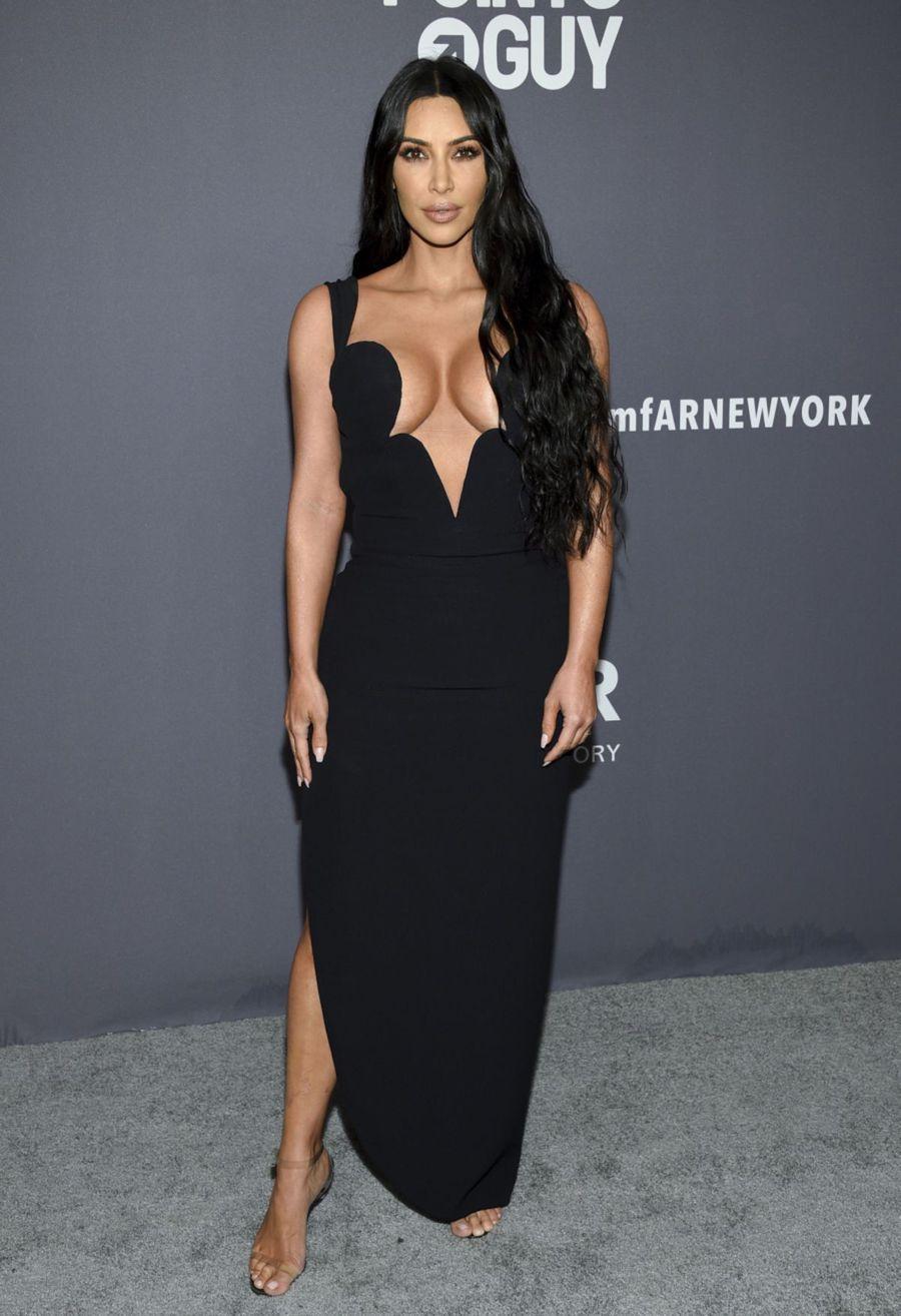 b864be8b241d Televízna osobnosť Kim Kardashian West pózuje.