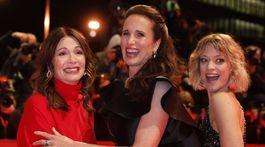 Zľava: Herečky Iris Berben, Andie MacDowell a Heike Makatsch na úvodnom ceremoniáli 69. ročníka Berlin Film Festival.