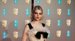 Britská herečka Lucy Boynton v kreácii Christian Dior Haute Couture.