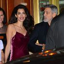 Právnička Amal Clooney a jej manžel George Clooney odchádzajú z narodeninovej párty herečky Jennifer Anistonovej.