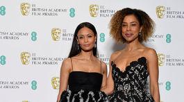 Herečky Thandie Newton (vľavo) a Sophie Okonedo pózujú v zákulisí.