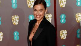 Modelka Irina Shayk na cenách BAFTA.