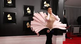 Raperka Cardi B prišla na červený koberec v archívnom modeli Thierry Mugler Haute Couture z roku 1995.