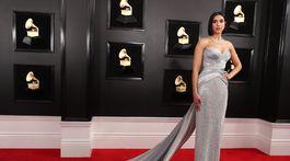 Speváčka Dua Lipa si obliekla róbu Atelier Versace.