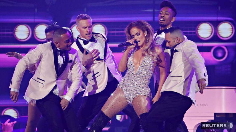 Speváčka Jennifer Lopez počas vystúpenia na...