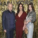 Herecký manželský pár Michael Douglas a Catherine Zeta-Jones a ich dcéra Carys Zeta Douglas (vpravo) na prehliadke Michaela Korsa.