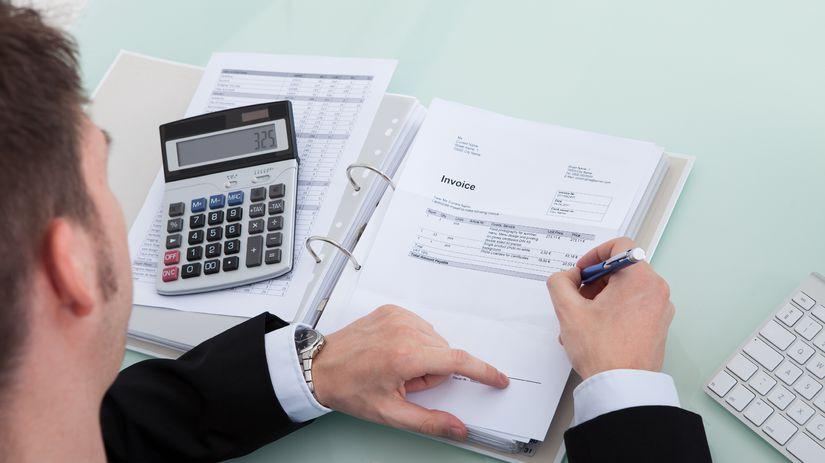 muž, dokumenty, kalkulačka