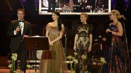 Súčasťou Česko-slovenského plesu bola tradične aj charita. Moderátorské duo Lucia Barmošová (vpravo) a Martin Dejdar vyspovedalo Luciu Hablovičovú (druhá zľava) a bývalú českú topmodelku Martinu Šmukovú.